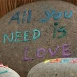 Pessoas deixam recados em pedras encontradas na areia para desconhecidos 7