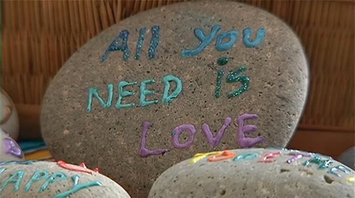Pessoas deixam recados em pedras encontradas na areia para desconhecidos 3