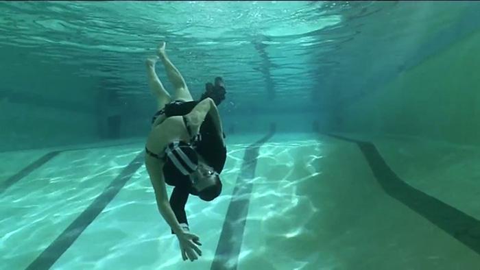Filho e mãe de 76 anos dançam debaixo d'agua 3
