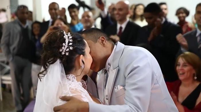 """Com audiodescrição, voluntária faz noivos cegos """"enxergarem"""" casamento 3"""