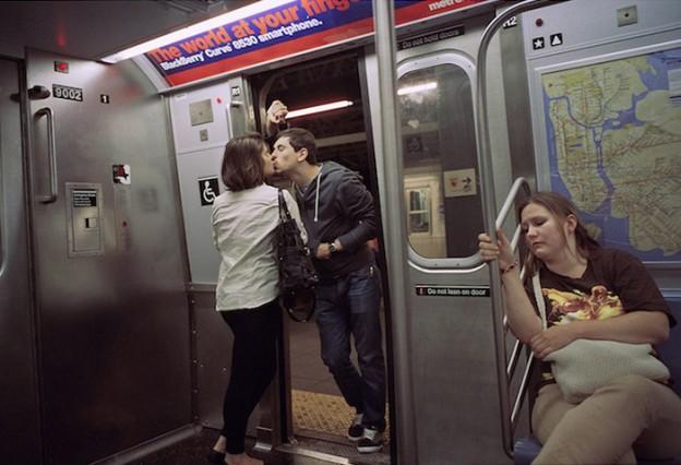 Fotógrafo captura pessoas se beijando nos últimos 30 anos em NY 2