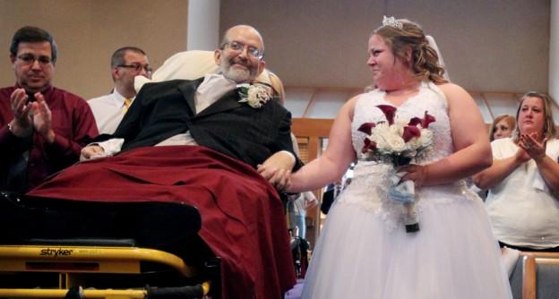 Pai com doença terminal leva filha ao altar deitado em uma maca 3