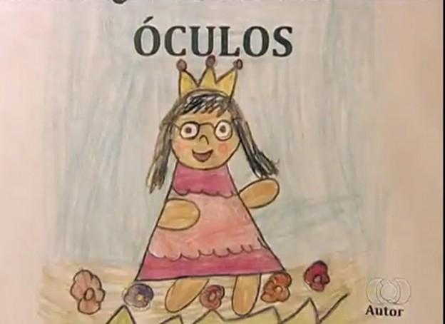 Menino de 7 anos escreve livro para irmã gostar de usar de óculos 1