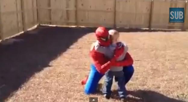 Pai volta do Iraque e se veste de Homem-Aranha em surpresa para o filho 1