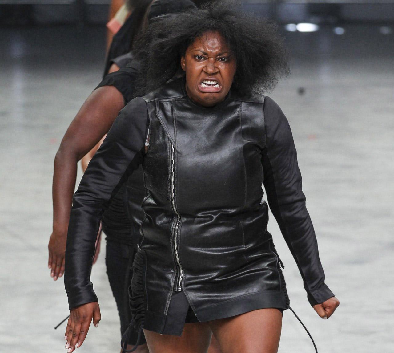 Estilista traz pessoas consideradas 'fora dos padrões da moda' para desfilar na passarela 2