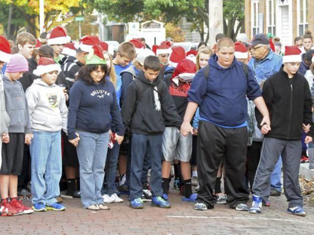 Cidade nos EUA comemora Natal fora de época para menino com câncer 2