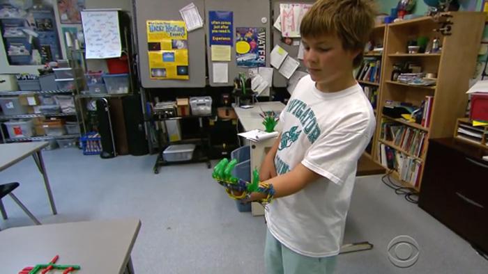 Pai usa impressora 3D para construir prótese de mão para filho 3