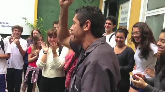 Estudantes cariocas financiam ida de porteiro ao show do Red Hot Chili Peppers 2