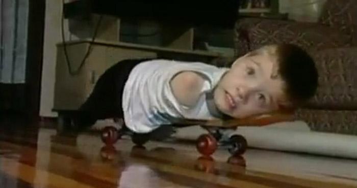 Sem braços e perna, menino dá lição de superação e joga até videogame no RS 2