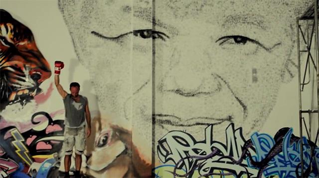 Em homenagem a Mandela, artista cria retrato do líder dando 27 mil socos 3