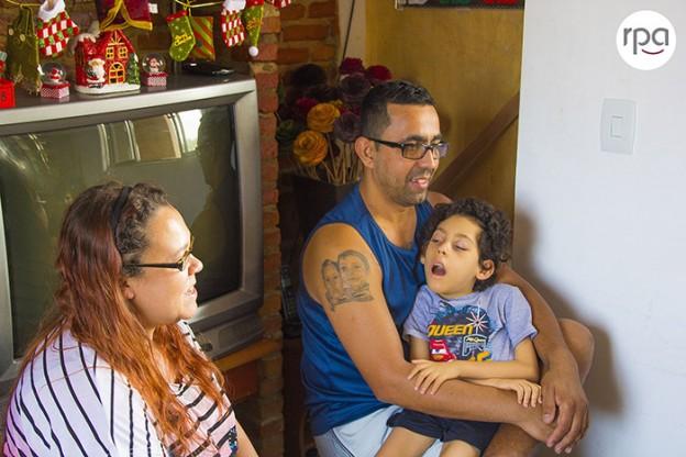 A história emocionante da luta de uma família para tratar do filho com uma doença rara 1