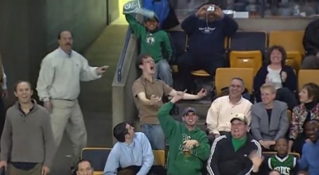 Esse cara dançando muito no estádio ao som de Bon Jovi 1