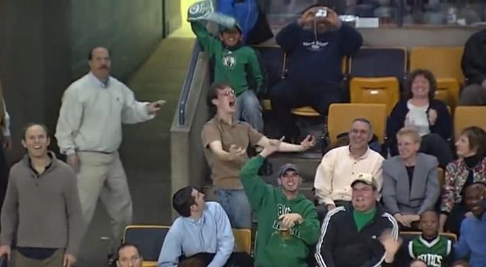 Esse cara dançando muito no estádio ao som de Bon Jovi 2