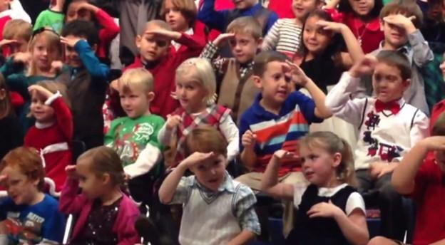 Menina interpreta canção de natal para os pais que são surdos 1