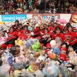 Time de hóquei canadense promove 'chuva' de mais de 25.000 ursos de pelúcia para caridade 6