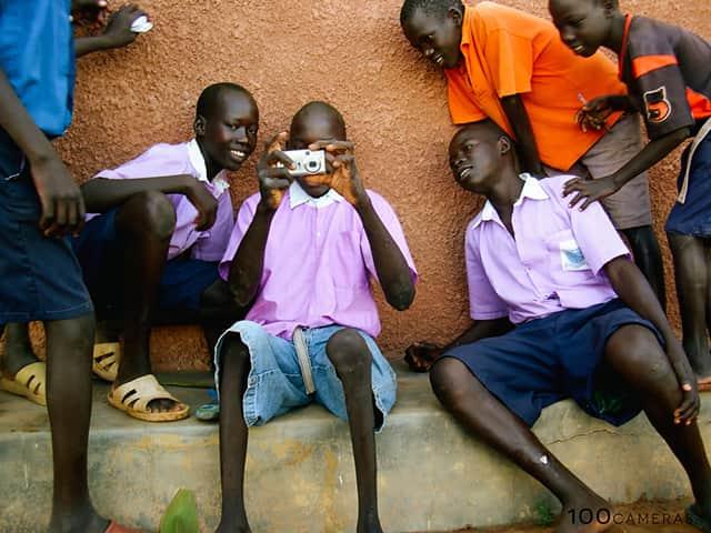 Projeto mostra a realidade de crianças a partir de fotos tiradas por elas e ainda arrecada fundos para melhorar suas vidas 2
