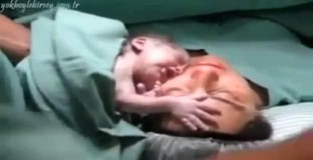 Vídeo de bebê recém-nascido que não quer largar a mãe emociona a todos na web 1