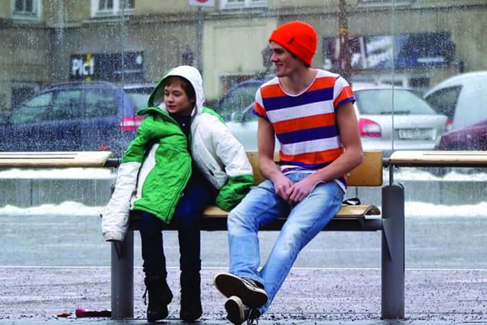Colocaram uma criança na Noruega passando frio para ver a reação das pessoas 1