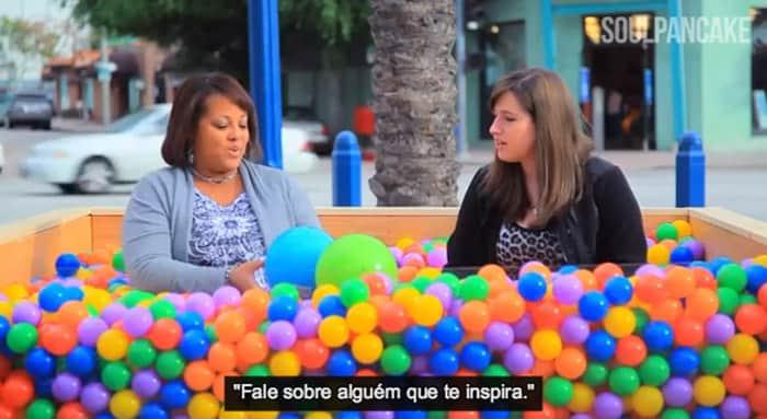 Ação coloca piscina de bolinhas na rua para desconhecidos fazerem amizade 2