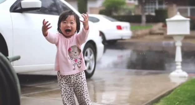 A cativante reação de uma menina ao ver a chuva pela primeira vez 1