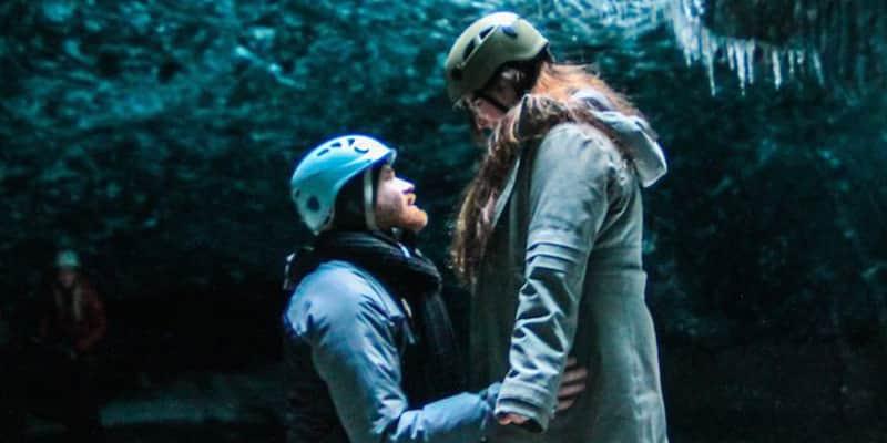 Pedido de casamento fascinante numa caverna de gelo 1