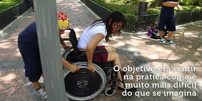 Estudantes propõe pessoas na rua a tentarem andar de cadeira de rodas 4