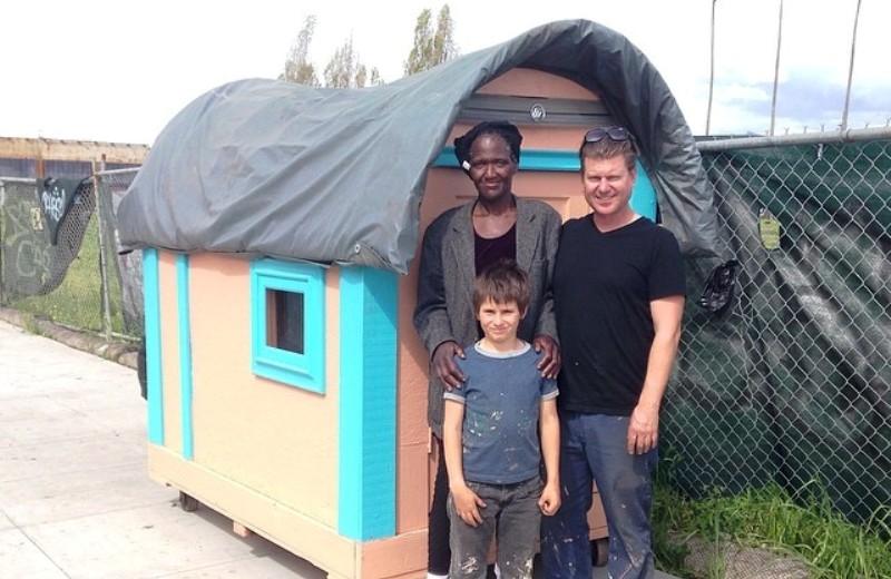 Artista californiano faz casas para mendigos a partir de objetos jogados no lixo 1