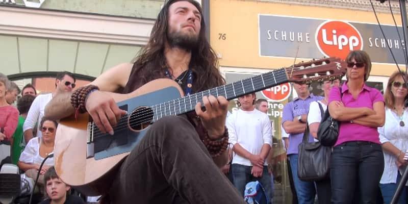 Um músico russo que foi capaz de parar uma rua inteira com seu violão 2
