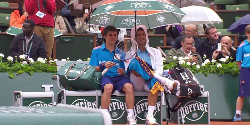 Tenista Novak Djokovic convida boleiro para sentar e conversar com ele antes de partida 1