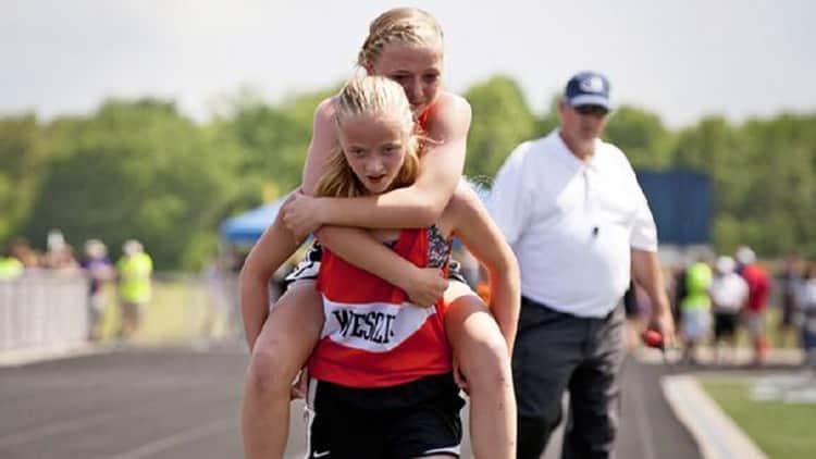 Gêmea carrega irmã machucada para terminarem a corrida juntas 2