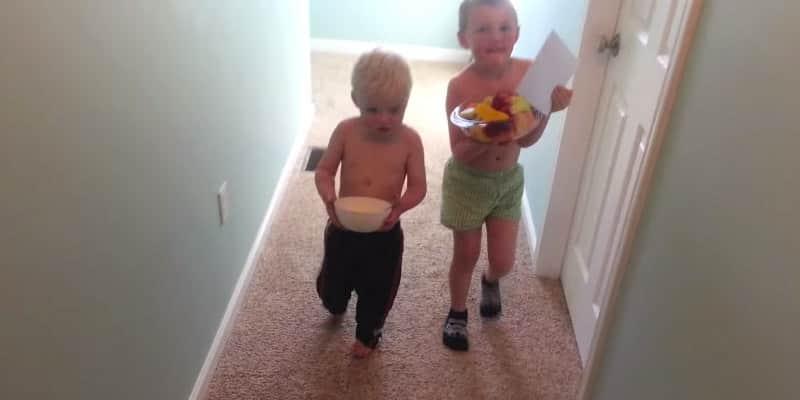 Dois irmãos desajeitados tentam fazer uma surpresa para a mãe 2