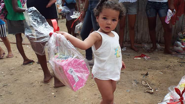 Irmãs levam brinquedos, roupas, mantimentos e esperança às crianças de um lixão 1