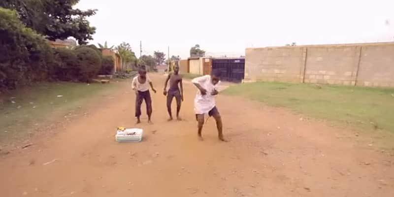Crianças do gueto de Uganda fazem competição de quem dança melhor 1