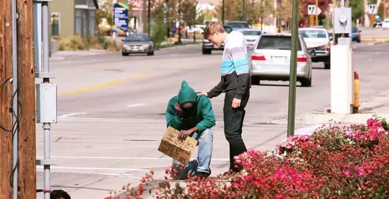Eles resolveram dar atenção e uma boa quantia em dinheiro para moradores de rua 3