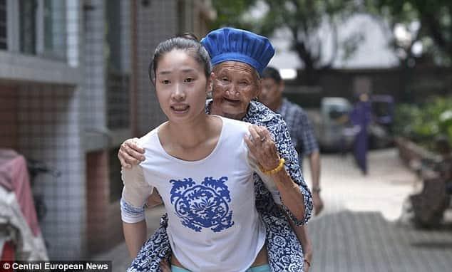 Jovem carrega a avó nas costas todos os dias para o trabalho para que não fique sozinha 3