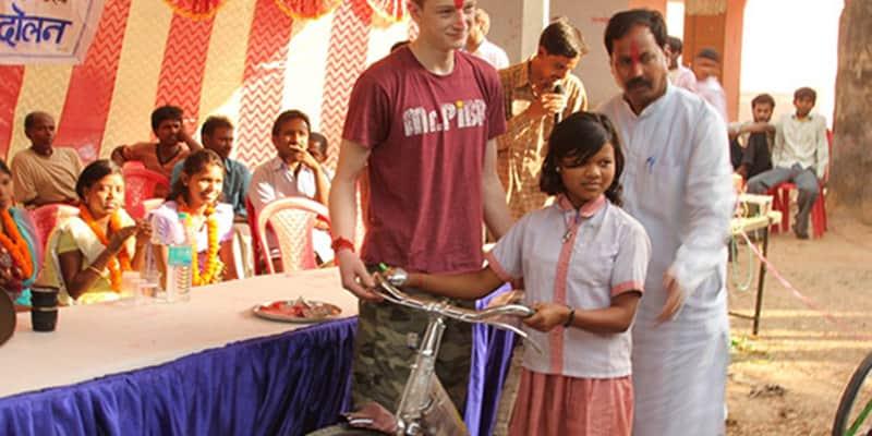 Americano de 12 anos entrega mais de 400 bikes para crianças na Índia poderem ir à escola 1