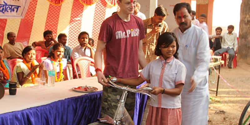 Indignado com pobreza na Índia, jovem americano cria ONG para doar bikes