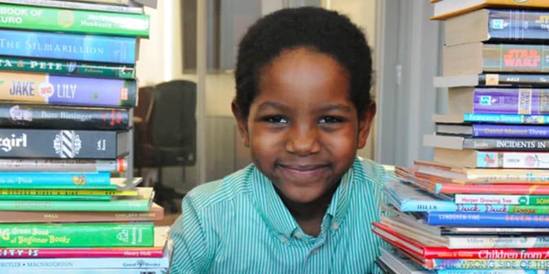 Garoto de 6 anos arrecada mais de 600 livros para crianças de rua terem futuro melhor