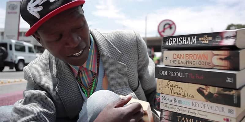 Um sem-teto que ganha a vida vendendo livros usados e se recusa a pedir esmola 2