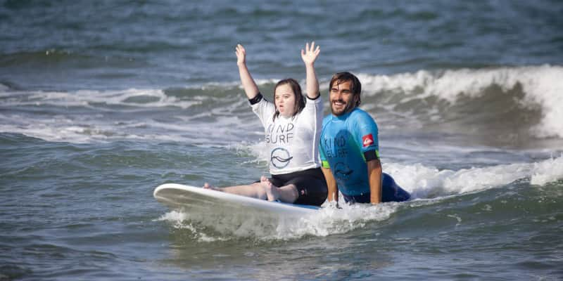 ONG ajuda jovens deficientes e sem condições financeiras a mudarem suas vidas através do surf 1