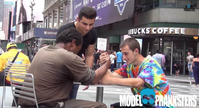 Queda de braço entre dois moradores de rua por 100 dólares termina de forma inesperada 4