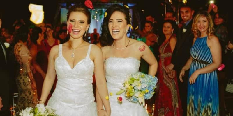 Duas noivas, dois buquês, seu pais e um casamento para entrar para a história