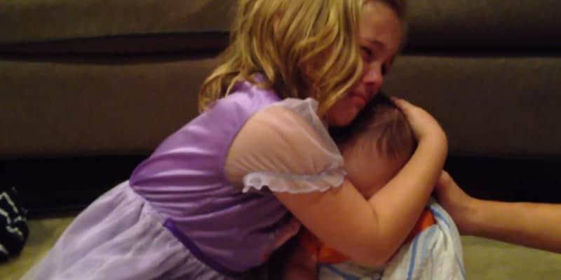 Menina cai em prantos quando descobriu que irmãozinho vai crescer 1