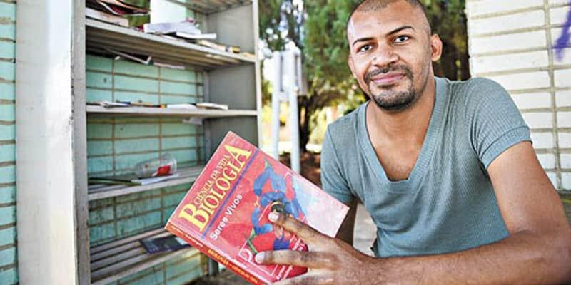 Jovem se torna médico com ajuda de livros encontrados no lixo e em paradas de ônibus