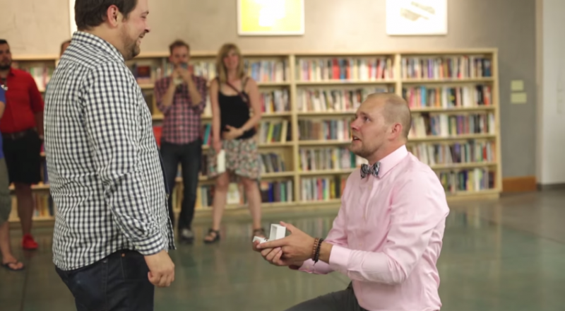 Casal desaba em lágrimas com pedido de casamento em livraria 1