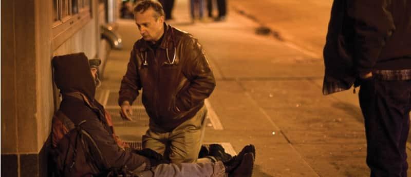 Médico se veste como mendigo para cuidar da saúde de moradores de rua  3