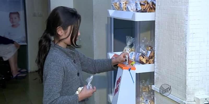 Sem vendedor para mediar, biscoitos são comercializados (e pagos honestamente) em cidade mineira