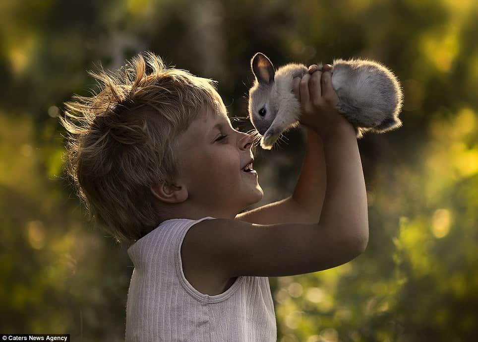 Ensaio tocante de mãe fotógrafa mostra a ligação de seus filhos com animais 1