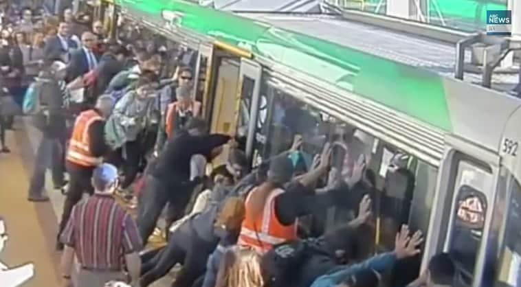 Câmera de segurança registra passageiros empurrando trem para soltar homem preso 2