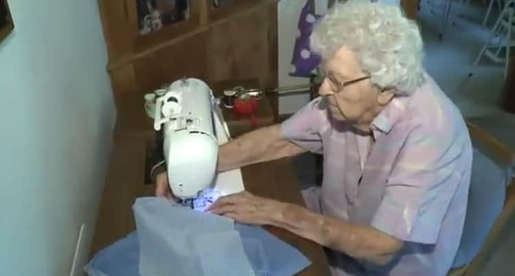 Idosa de 99 anos ajuda crianças da África costurando um vestido por dia